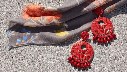 Frau mit Sommerhut und perlenbesetzten Ohrringen.