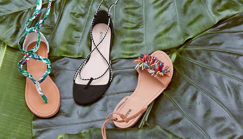 Drei flache Lace-Up Sandalen.